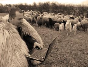 Internetul in Romania - Cioban la laptop